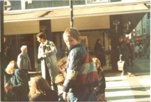 Schloßstraße im Sommer 1982. Der kleine Igor mischt sich unter´s langhaarige Volk.